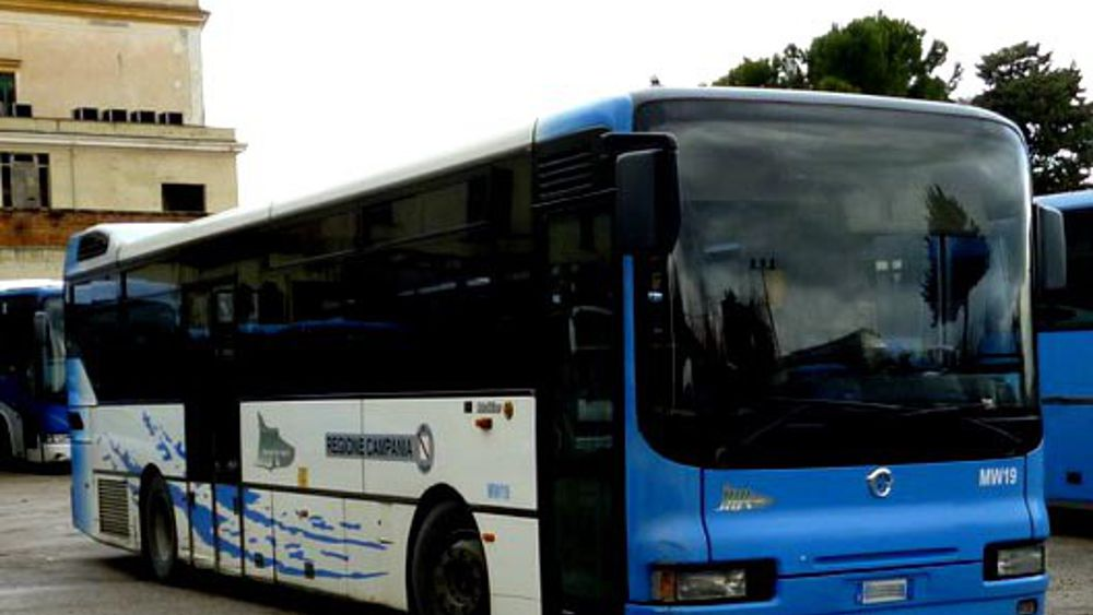 Ragazzi gettano carte e avanzi di cibo all 39 interno del bus for Interno autobus